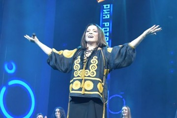 72-летняя Ротару в вышиванке вернулась с концертами в Россию