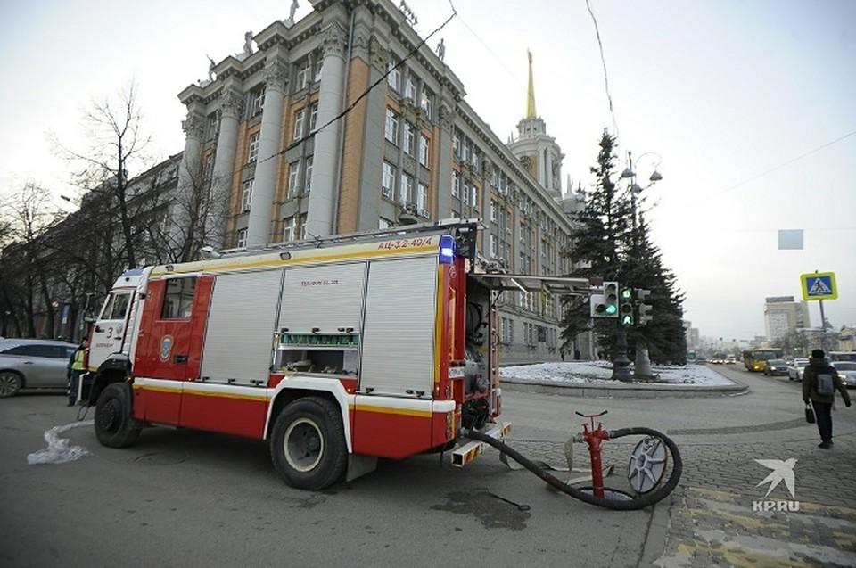 В этим минуты пожарные расположились у здания администрации Екатеринбурга. Сейчас здание начнут эвакуировать