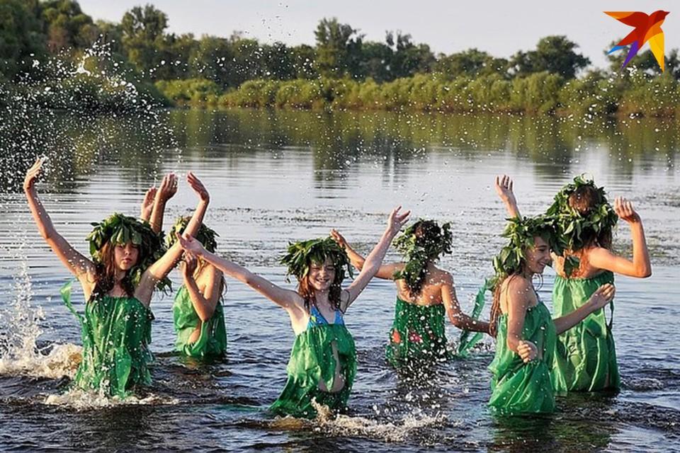 Чтобы купальская ворожба сбылась, некоторые обряды девушки проводили, раздевшись догола.