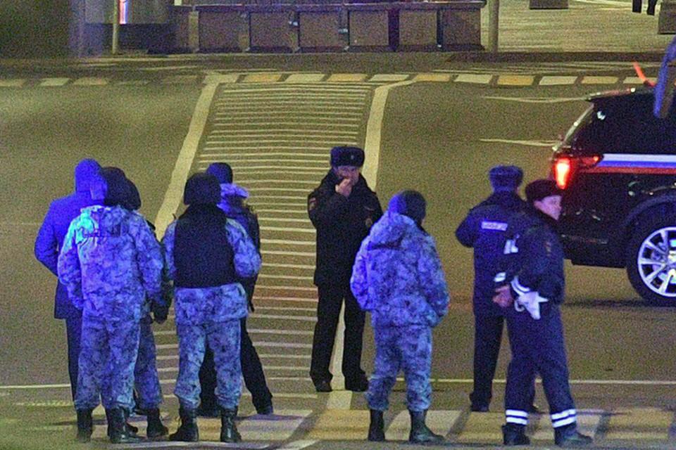 В результате стрельбы возле здания ведомства на Большой Лубянке в центре Москвы погиб один сотрудник ФСБ, еще пять человек получили ранения