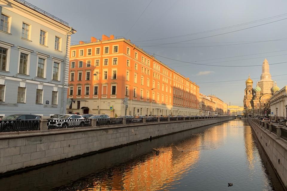 Наверняка, вы узнаете вид на здание со стороны канала Гибоедова.