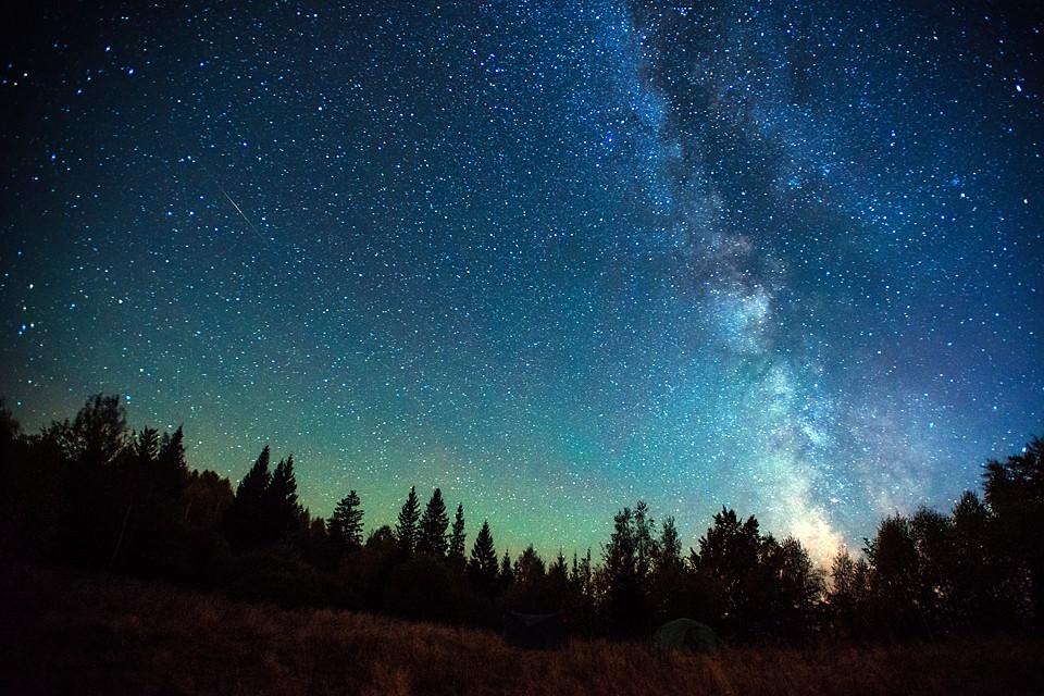 Звезды рождаются и умирают и, конечно, они появляются на небе и исчезают с него. Но это – очень медленные изменения
