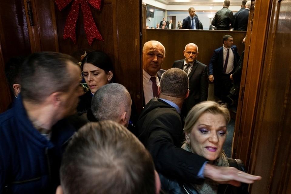 Депутаты оппозиционного Демократического фронта пытались сорвать голосование, устроили потасовку в зале заседаний