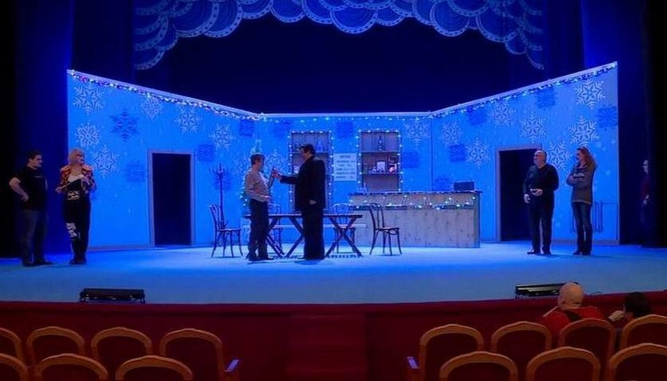 Кадр из телесюжета: актеры перед премьерой в декорациях спектакля