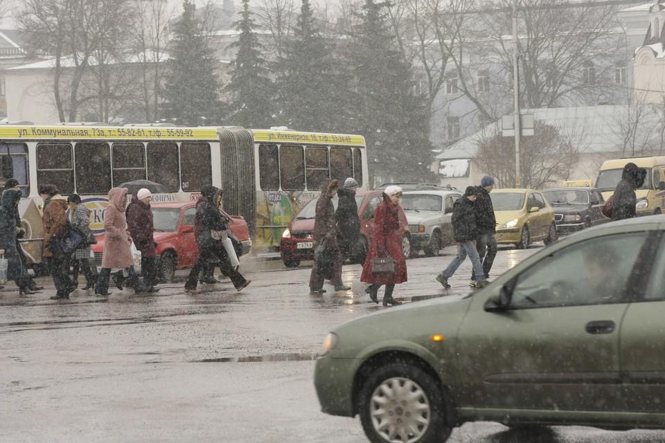 Автобусы в выходные приходится ждать дольше.