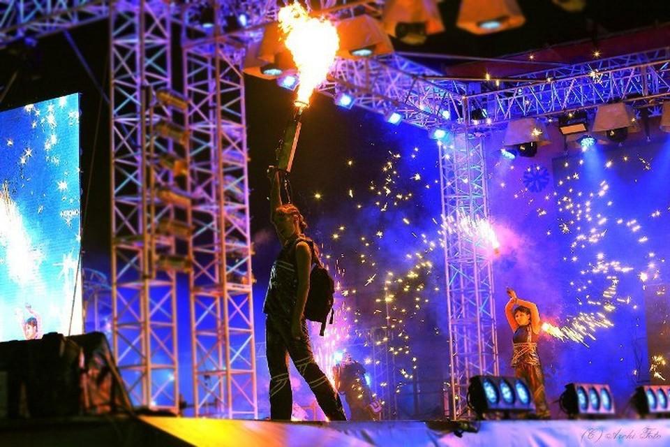 """Фаер шоу - каждый вечер вплоть до Рождества. Фото: театр огня """"Игры пламени""""."""