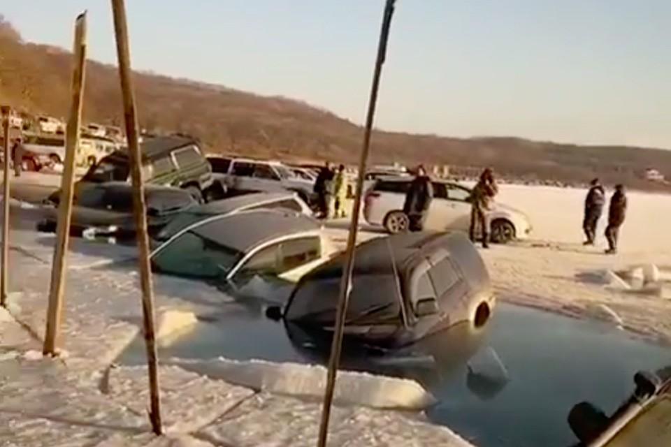 Тонкий лед не выдержал напора многочисленных тяжелых машин. Фото: dpscontrol