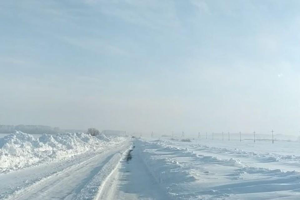 Нечищенная дорога в Шипуновском районе. Фото: скриншот видео Алексея Голодько в Barnaul 22