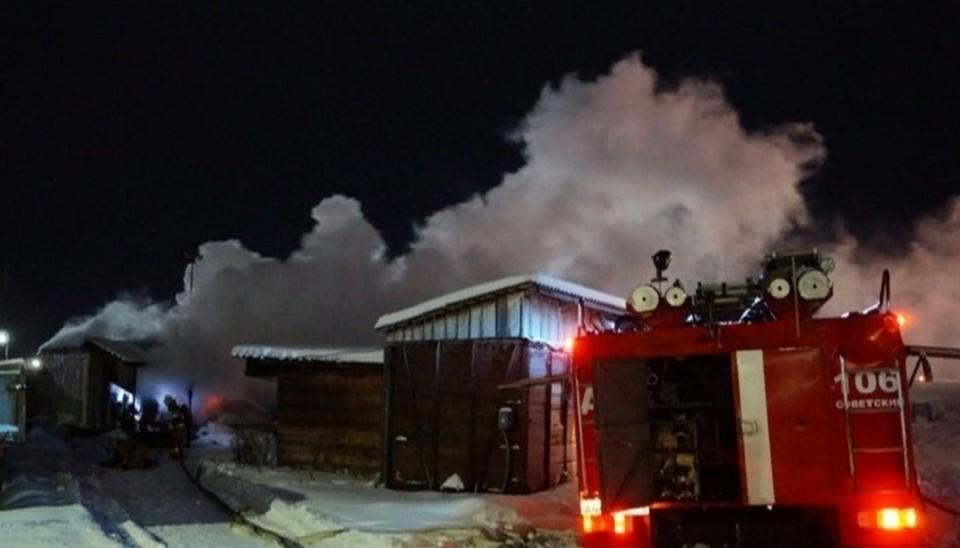 Пожарные спасли мужчину из огня в Советском. Фото МЧС ХМАО.