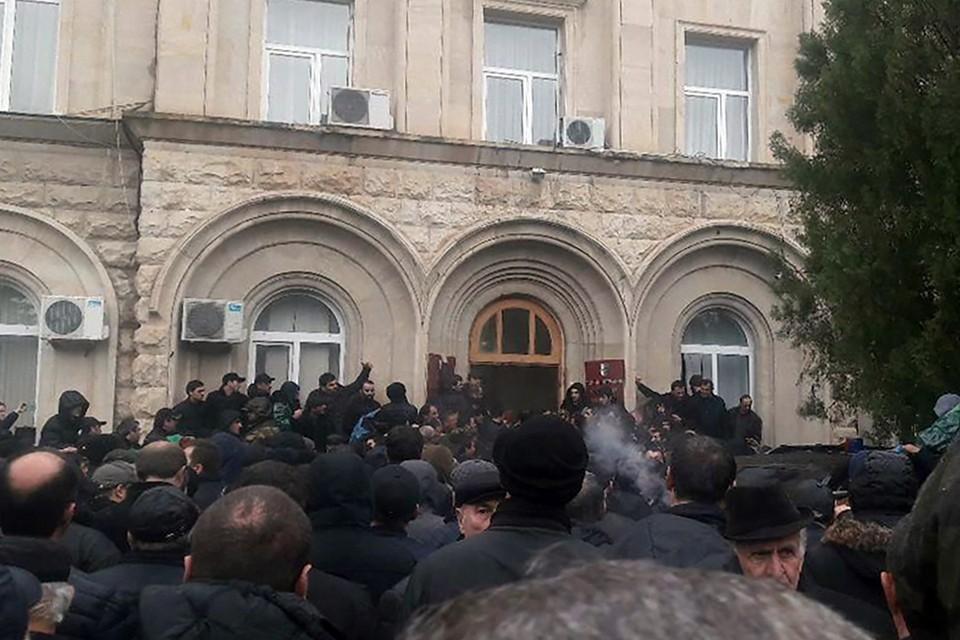 Участники митинга в Сухуме взломали дверь в здании администрации президента Абхазии. Фото: Анжела Кучуберия/ТАСС