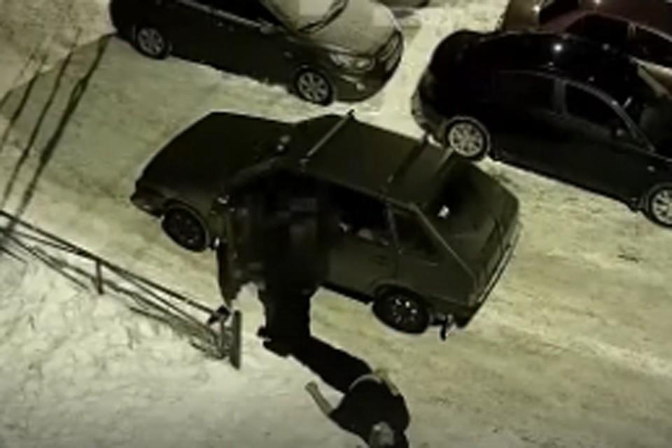 """«Еще вечером общались у подъезда»: В Арзамасе камеры запечатлели, как неизвестный водитель оставил во дворе тело мужчины. Фото: """"Безопасный двор"""""""