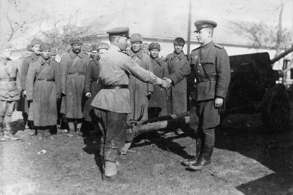 Снимок бойцов взвода лейтенанта Василя Быкова, сделанном в феврале 1945-го в Венгрии (Ахрин - крайний справа).