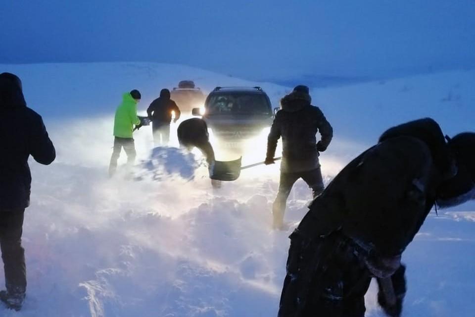 В Териберке ищут добровольцев со снегоходами, которые будут вызволять из  снежного плена туристов