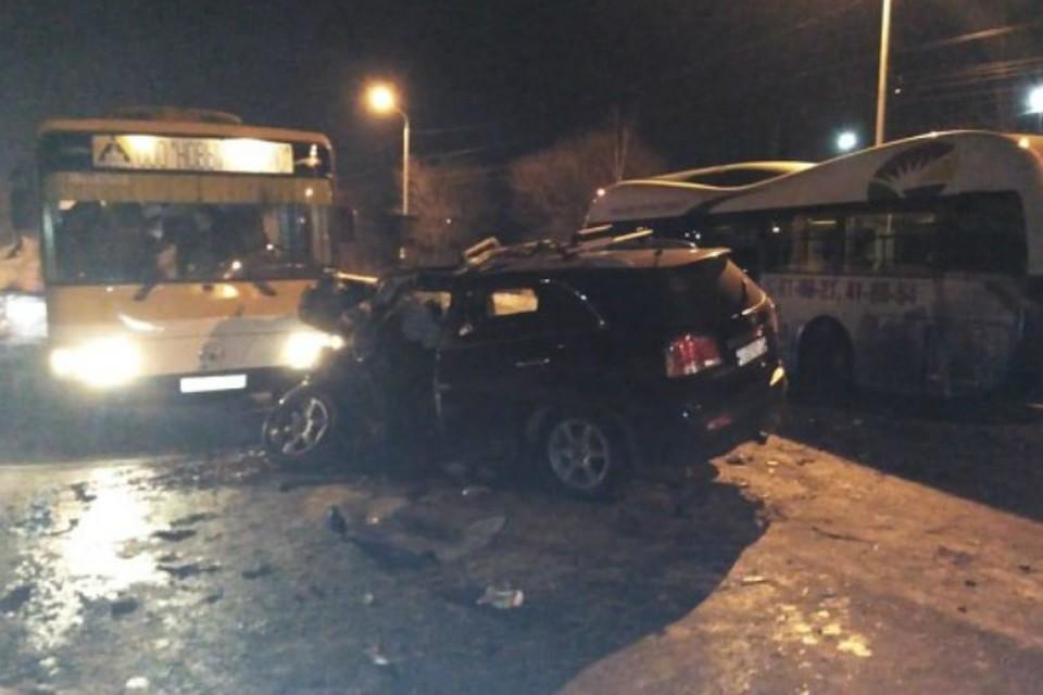 Кошмар на Воронежской: иномарка разбилась «в хлам» об автобусы и большегруз