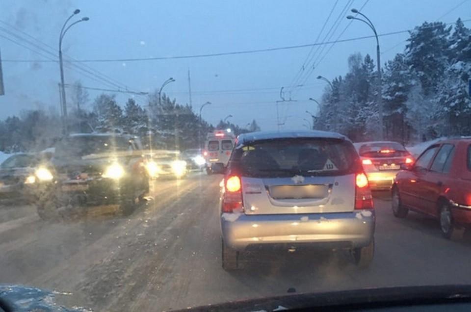 Есть пострадавшие: в Кемерове на мосту столкнулись семь автомобиле. ФОТО: Олесенька Астахова.