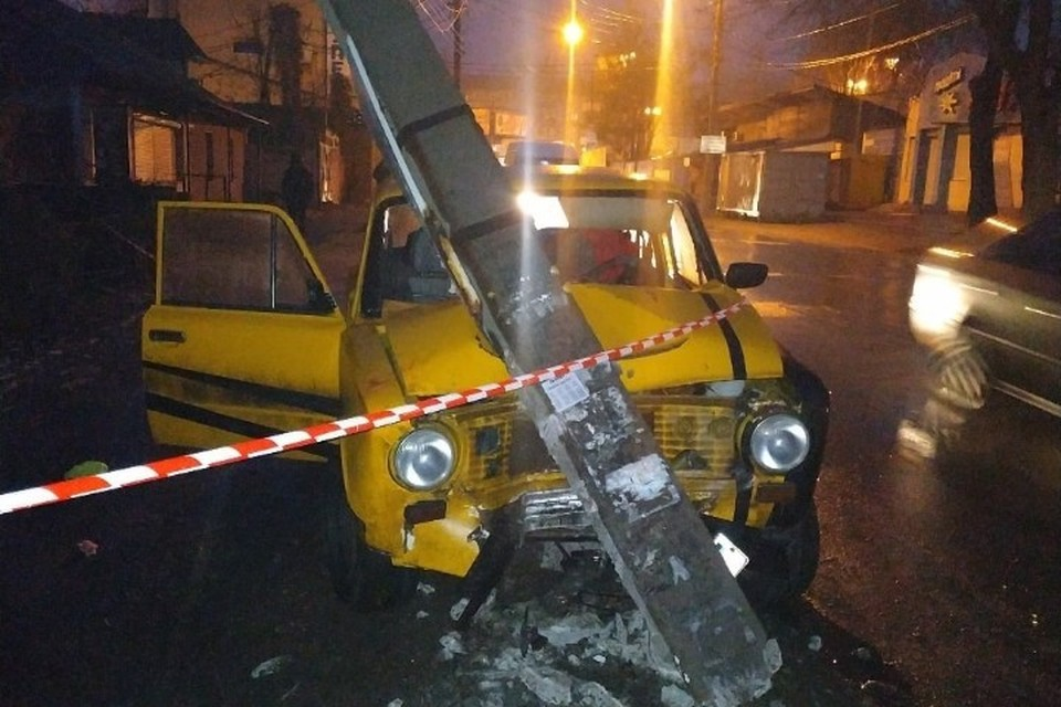 По сообщениям пользователей соцсетей, позже парни выбрались из машины и поспешили покинуть место происшествия. Фото: vk.com/donetsk
