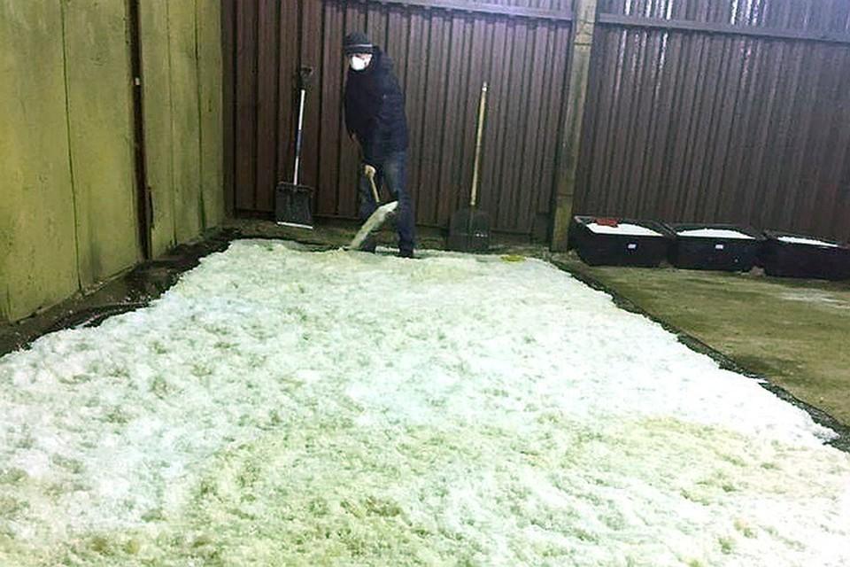 Масштабы производства в подпольной лаборатории впечатляли: следователям пришлось сгребать наркотики совковыми лопатами.
