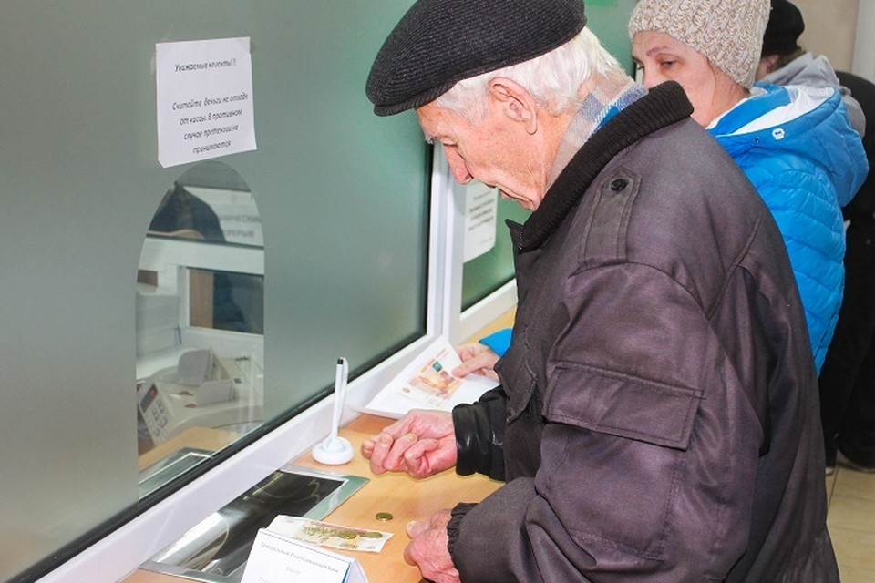 Прийти в Пенсионный фонд нужно будет лично. Однако к гражданам старше 80 лет или с ограниченными физическими возможностями - работники ПФ придут по месту жительства. Для этого нужно позвонить на «горячую линию»