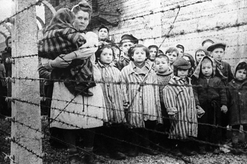 Польша. 27 января 1945 год. Оставшиеся в живых дети после освобождения немецко-фашистского концентрационного лагеря Освенцим советскими войсками. Фотохроника ТАСС