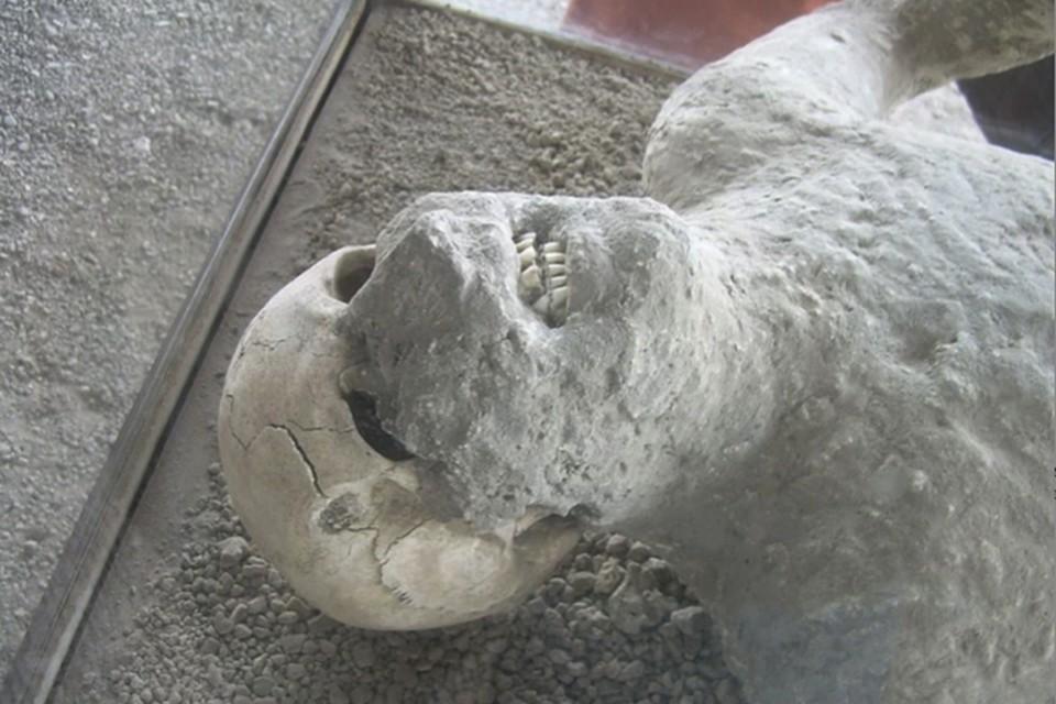 От одних погибших в катастрофе остались каменные фигуры, от других еще и скелеты.