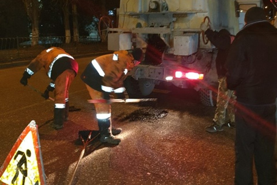 Литым асфальтом по ночам латают дыры на дорогах Симферополя. Фото: пресс-служба горадминистрации