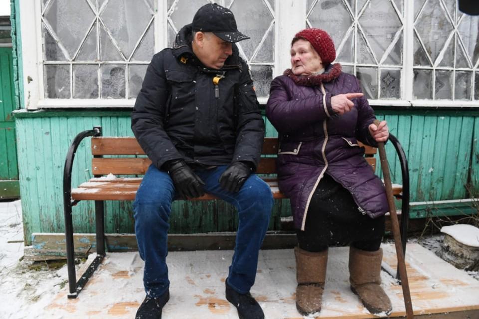 Александр Дрозденко вместе с волонтерами установили у дома блокадницы Екатерины Кузьминичны Горенко скамейки. Фото предоставлено пресс-службой администрации Ленинградской области.