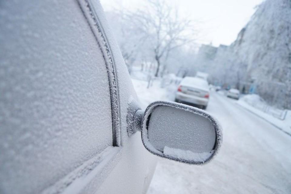 Отправляясь за город в мороз с собой в машине лучше иметь лопату, трос, топор и термос с горячим чаем.
