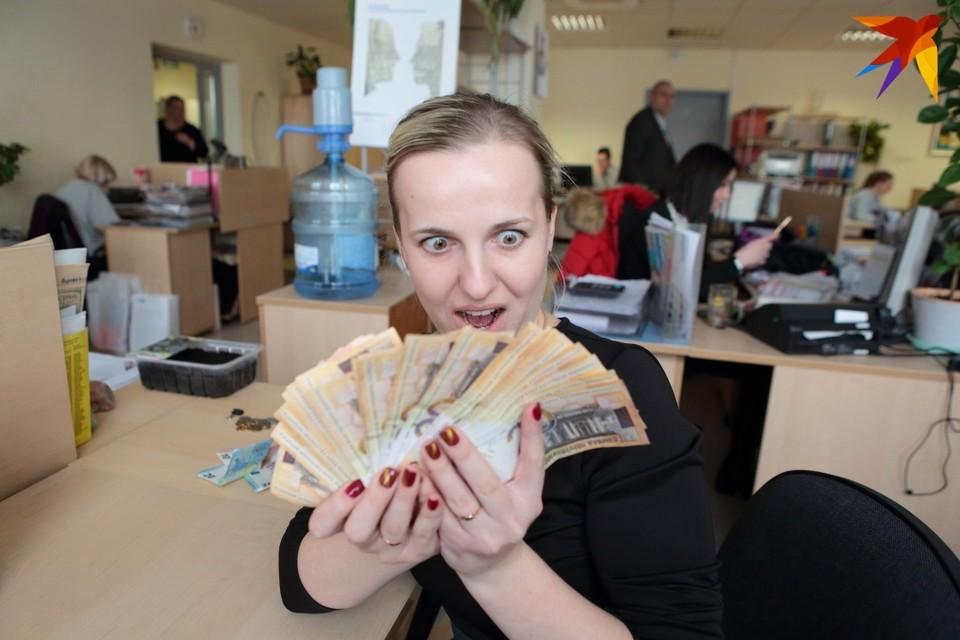 Средняя зарплата -1238,7 рубля. Так много, во всяком случае, в рублевом выражении, белорусы не зарабатывали никогда ранее.