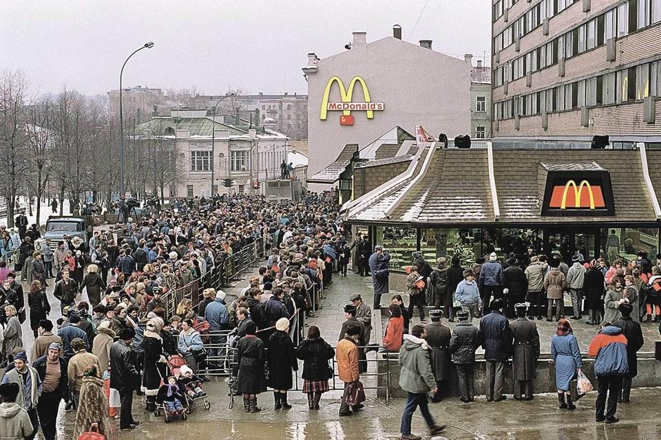 30 лет назад в центре Москвы люди стояли в очереди за чудом, которое оказалось просто булкой с котлетой.