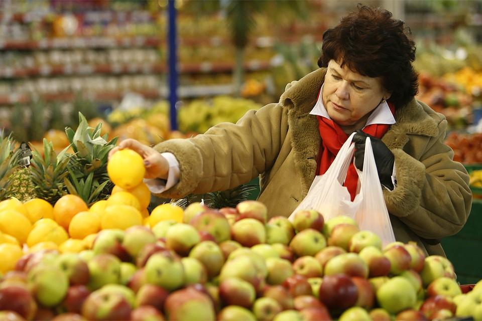 Среди прочих товаров, Китай поставляет в Россию многие фрукты, овощи, упаковочные материалы. На фоне новостей об опасном коронавирусе крупные магазины временно отказываются от этой китайской продукции.