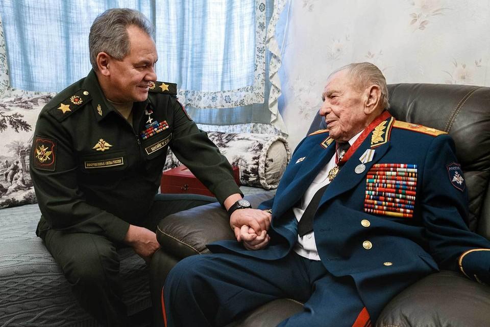 Министр обороны РФ Сергей Шойгу и маршал Дмитрий Язов