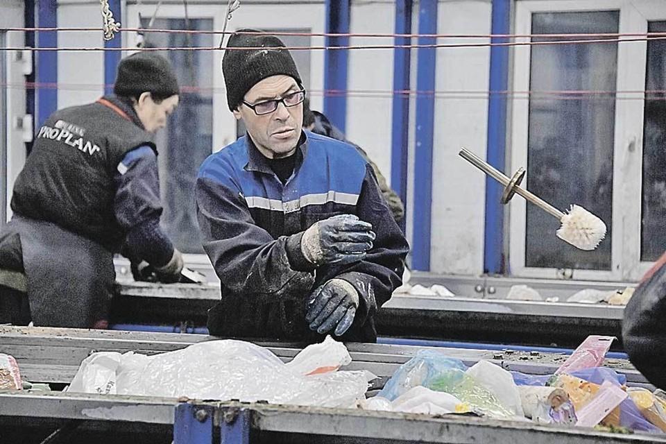 Мусор на заводе в Сигнальном проезде тут же отправляют на сортировку. Ленты, у которых стоят рабочие, движутся круглые сутки.