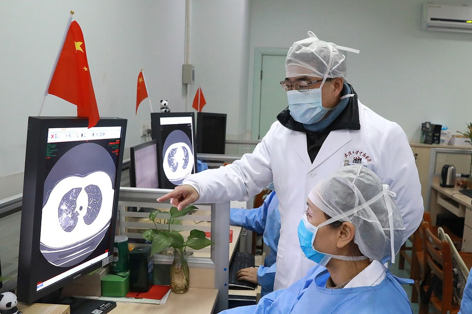 Медики изучают снимки пациента с коронавирусом в университете Уханя, KHP.