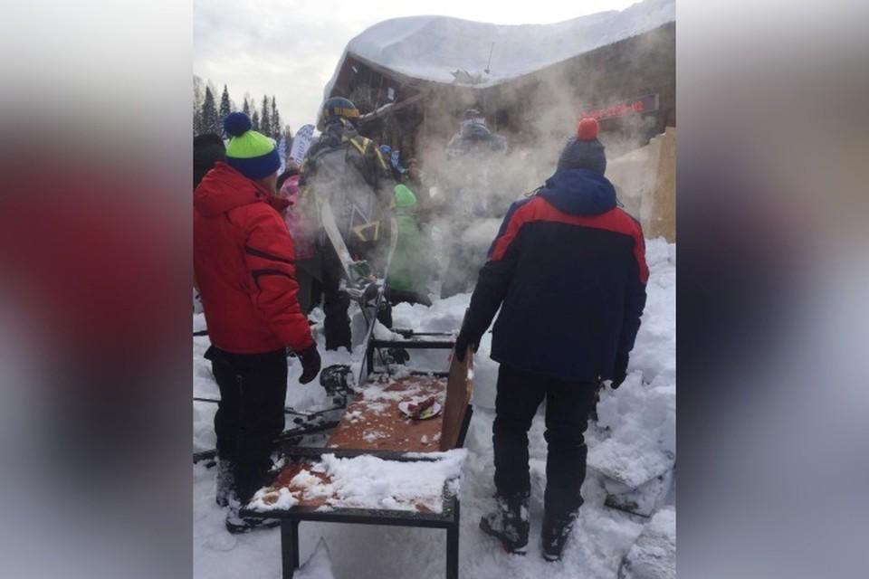 В Шерегеше сошедший с крыши кафе снег завалил туристов. ФОТО: соцсети