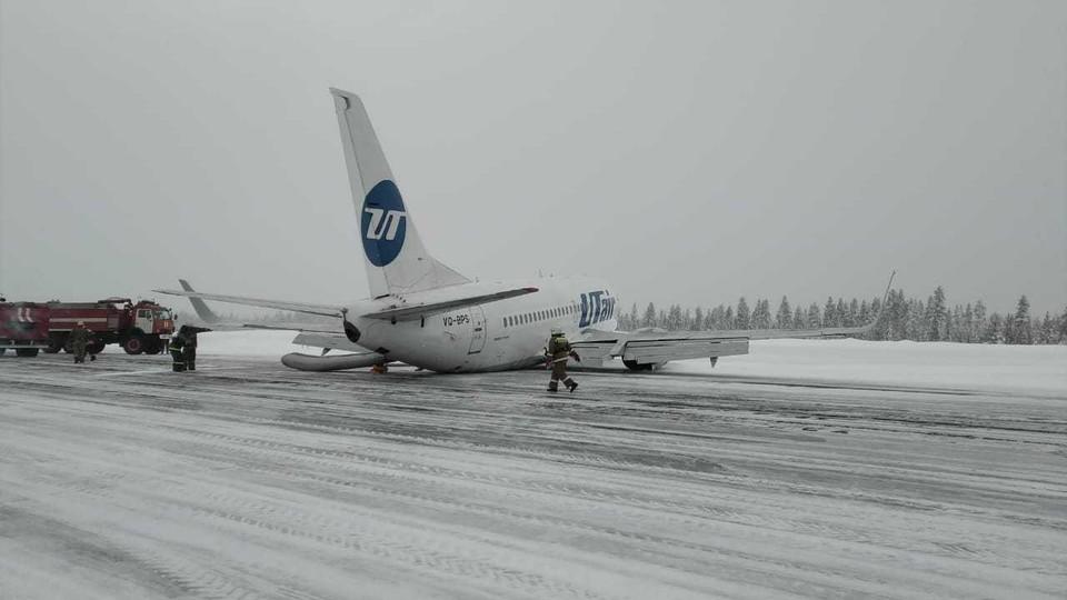 """Самолёт авиакомпании """"Utair"""", летевший из Москвы в Усинск, совершил жесткую посадку в аэропорту. Во время посадки у самолета возникли проблемы с шасси."""