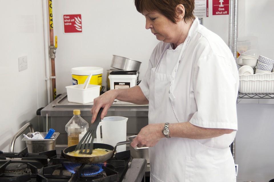 По действующим правилам, в любом кафе должно быть аж три разных помещения: в одном яйца следует хранить, в другом распаковывать и мыть (в четырех ванночках), в третьем (яйцебитне) - взбивать.