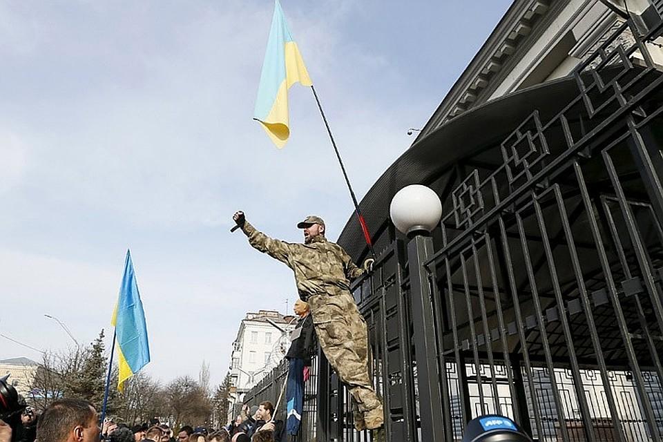 Акция украинских националистов у здания посольства России в Киеве, 2016 год.