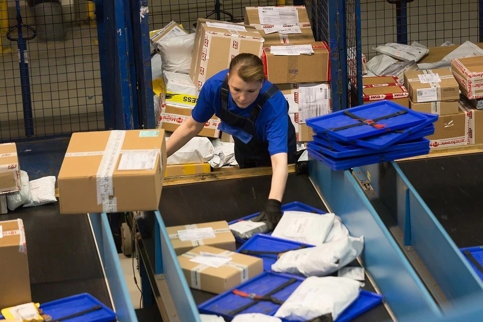 Бизнес на коронавирусе: новокузнечанин получает и распаковывает посылок из Китая