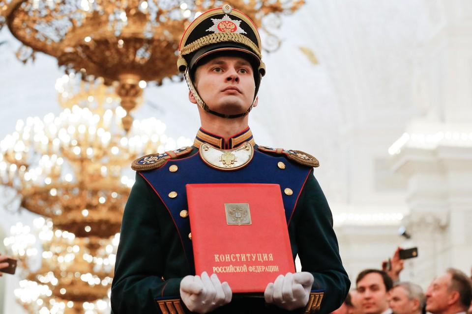 Готовые новые поправки в главный закон страны. Фото: Александр Земляниченко/ТАСС