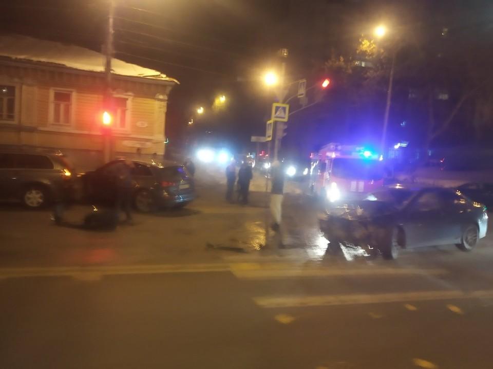 На месте аварии работают сотрудники ГИБДД, приехали пожарная и скорая помощь