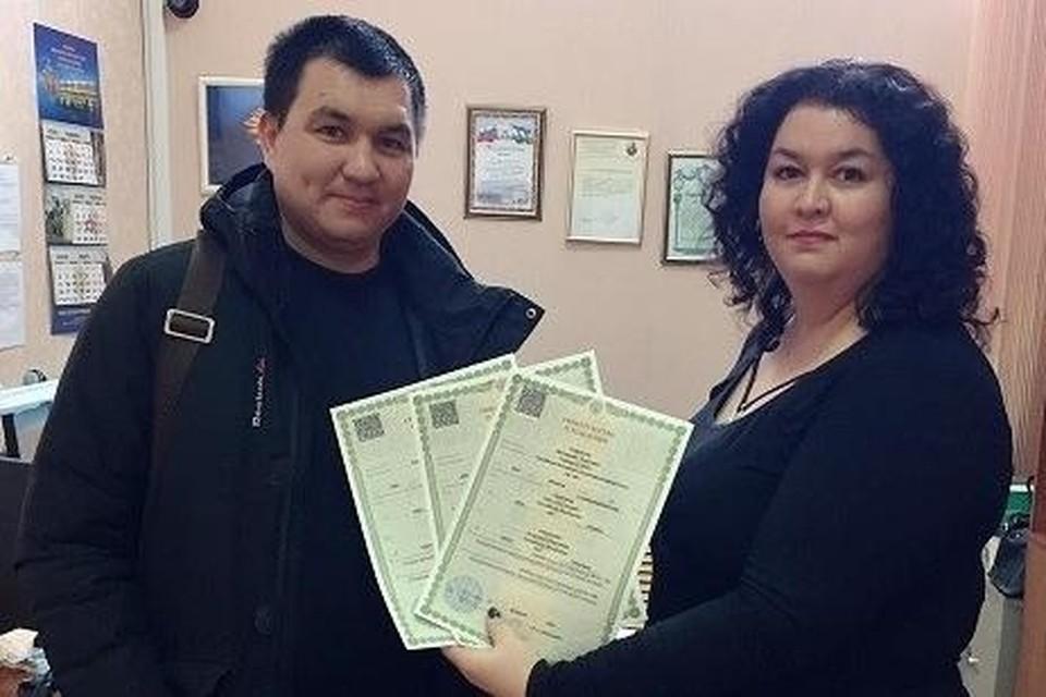 Начальник отдела ЗАГС Наиля Саитгалина поздравила счастливого отца и вручила первые документы новорожденных.