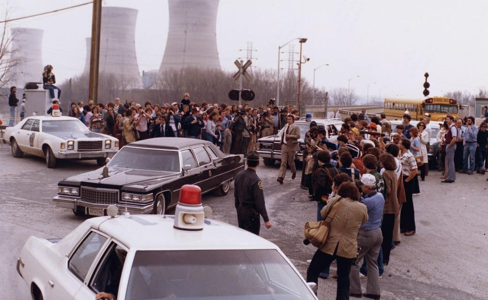 Президент Джимми Картер покидает АЭС Три-Майл-Айленд после личного визита 1 апреля 1979 года