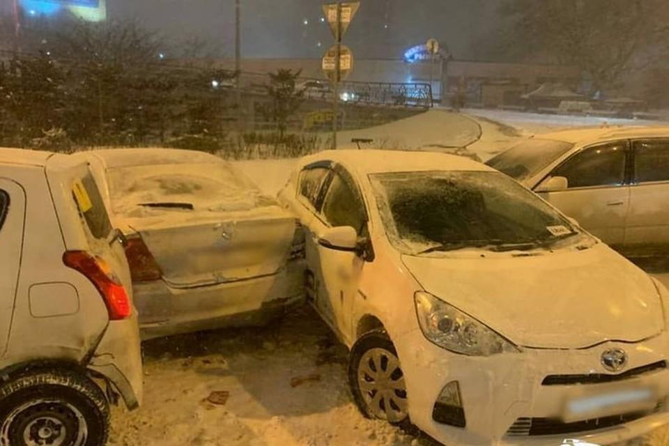 Снегопад стал причиной массовых ДТП во Владивостоке. Фото: AK_VDK, dps_vl