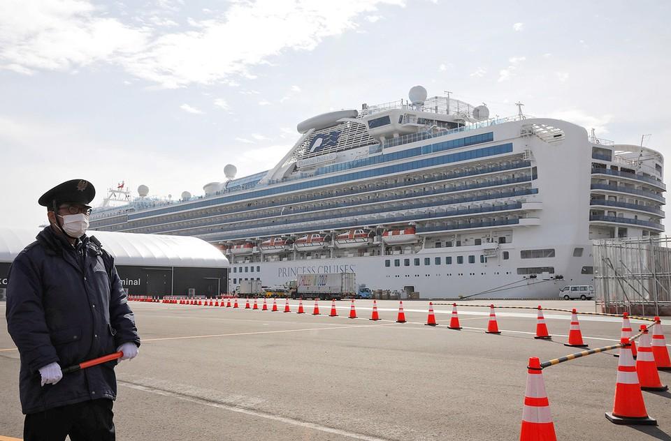 Круизный лайнер Diamond Princess стоит в порту японского города Йокогама под усиленной охраной.