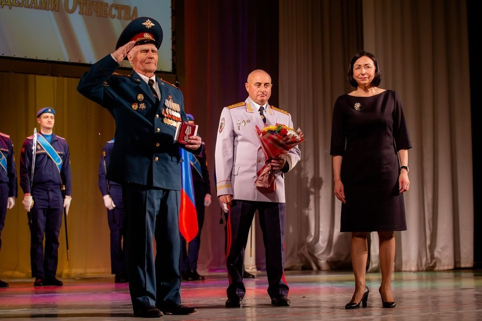 Глава города Наталья Котова и главный федеральный инспектор Михаил Каган вручили победителям медали и цветы
