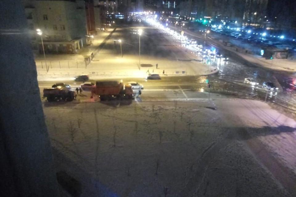 Машинам приходилось буквально проплывать по дорогам. Фото: пресс-служба администрации Челябинска