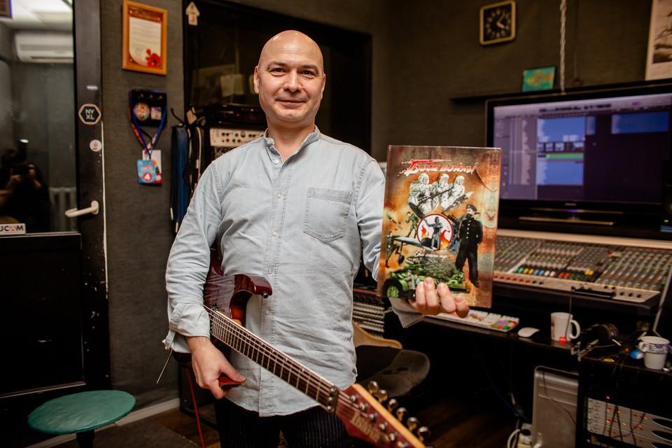 Лидер группы In Cash Константин Картамышев держит в руках книгу «Боги войны» — это 60 рассказов о подвигах южноуральцев.