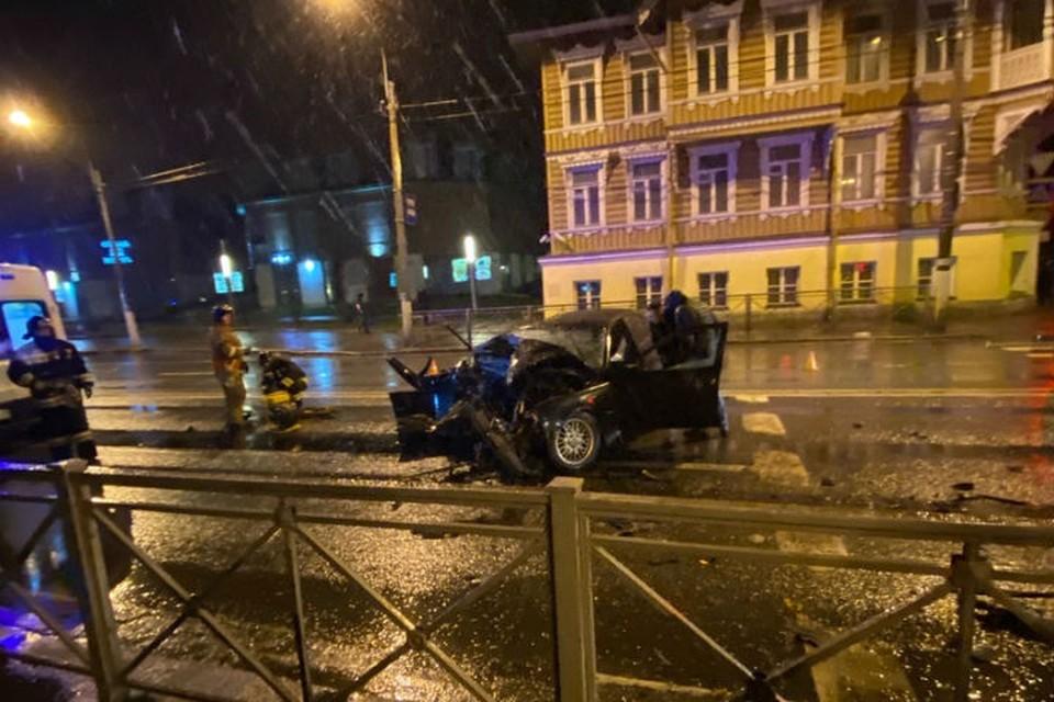 BMW разбилось всмятку о стоящий автобус в Петербурге, двое пострадали