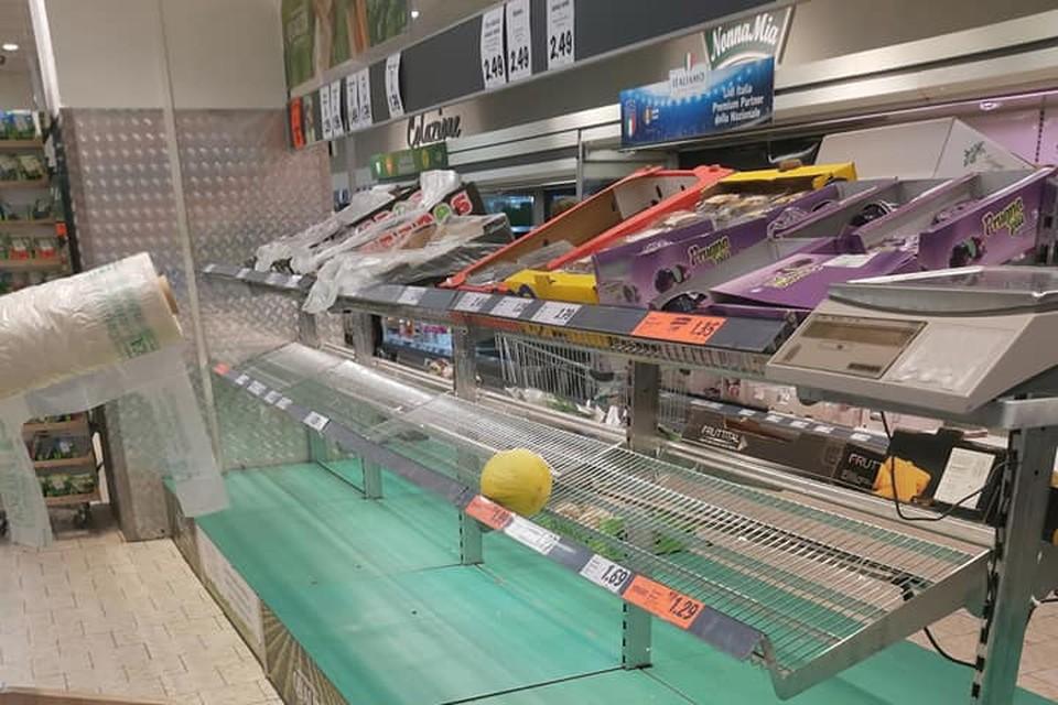 Пустые полки в одном из супермаркетов Милана.
