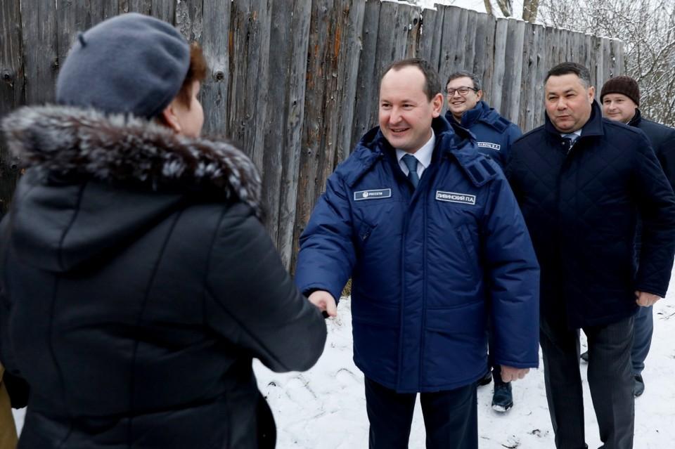 """Во время визита глава компанииПавел Ливинский (справа), встретился с жителями города Кимры. Фото: компания """"Россети"""""""